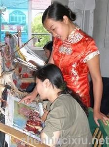 钱亚清在指导绣坊的绣女